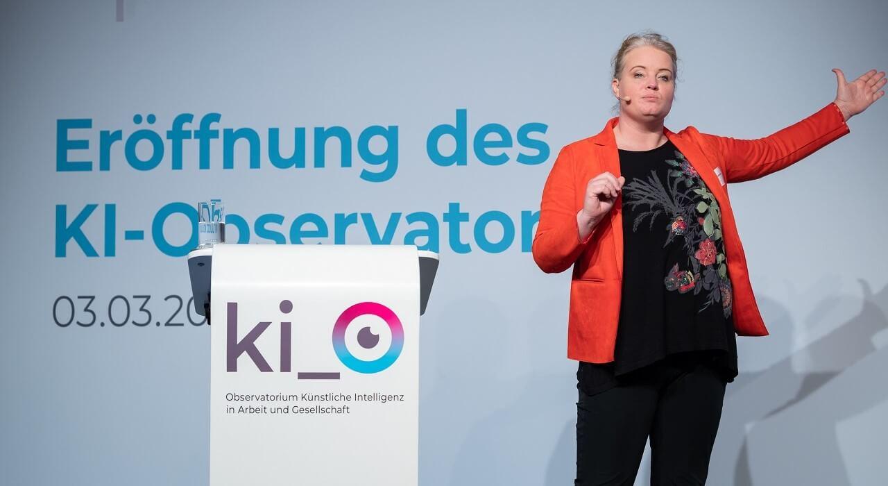 """Prof. Dr. Katharina Zweig (TU Kaiserslautern) bei ihrem Vortrag zum Thema """"Why Regulation is Complex""""."""