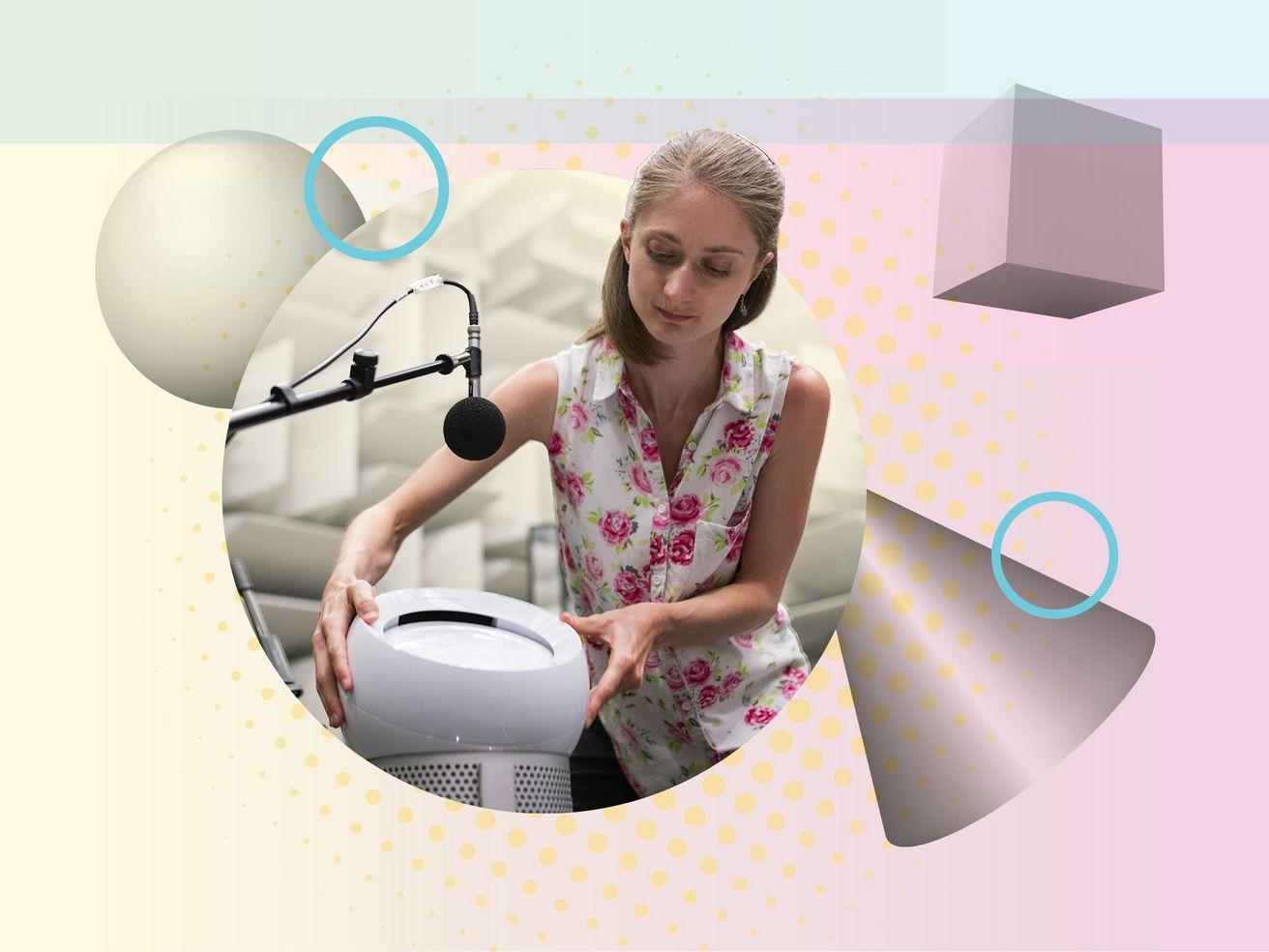 Ein Mikrofon zeigt auf einen Spachassistenten. Eine Frau hält ihre Hände darauf.